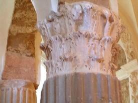 Santa María de Arcos: Detalle de capitel corintio reutilizado