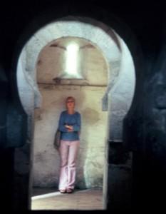 San Miguel de Celanova. Vista de todo el interior con los arcos de herradura de separación entre los tres espacios