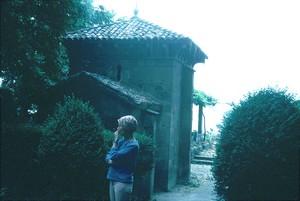 San Migul de Celanova. Vista desde el lado occidental, comparar tamaño con figura humana.
