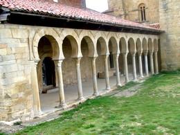 Vista general del pórtico adosado al edificio románico al fondo