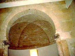 San Miguel de Escalada: Detalle del arco tiunfal y de la cúpula del ábside central