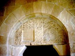 San Miguel de Escalada: Detalle de cancel de la iglesia mozárabe que se encuentra en el tímpano de la entrada a la construcción románica