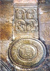 Santa María del Naranco: Detalle de pilastra y medallón decorados