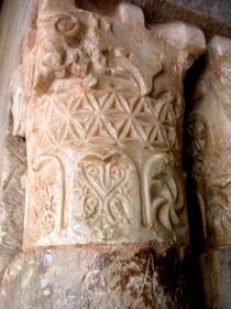San Millán de Suso: Detalle de capitel en la puerta de acceso