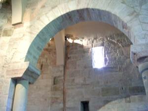 San Millán de Suso: Detalle de la arquería protorrománica