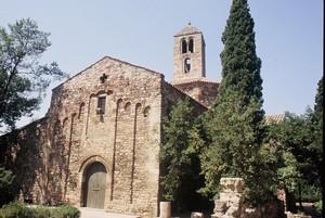 Santa María de Tarrasa. Vista de la reconstrucción del S. XII, observese a la derecha los restos del muro exterior de la nave sur original.