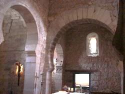 Arcos del ábside central (reconstruido) y del crucero sur
