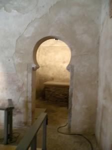 Santiago de Peñalba: Arco de acceso al compartimento lateral norte