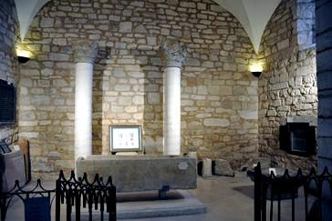 Museo, sepulcro y capiteles