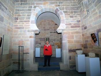 San Román de Moroso. Detalle del arco de herradura de acceso al ábside.