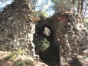 Vista del acceso a la iglesia desde el atrio/pórtico situado al oeste.