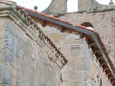 San Vicente del Valle: Detalle de la cornisa decorada del ábside mozárabe