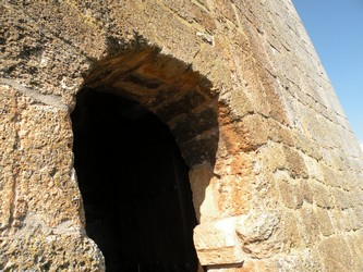 Detalle del arco de herradura de acceso a la torre