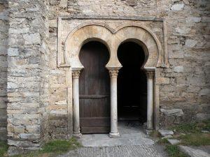 Santiago de Peñalba: Magnífico pórtico de acceso a la iglesia