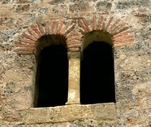 San Adriano de Tuñón: Ventanna de la cámara secreta de la cabecera