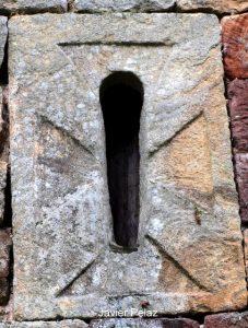 Ventana tallada en una piedra
