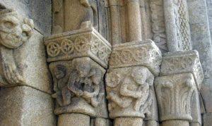 Capiteles representando el pecado de la lujuria.