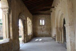 El pórtico desde su acceso oriental.